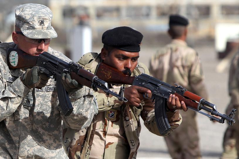Na zdj.amerykański żołnierz szkolący Irakijczyka. Teraz kolej na Syryjczyków /AHMAD AL-RUBAYE / AFP /AFP
