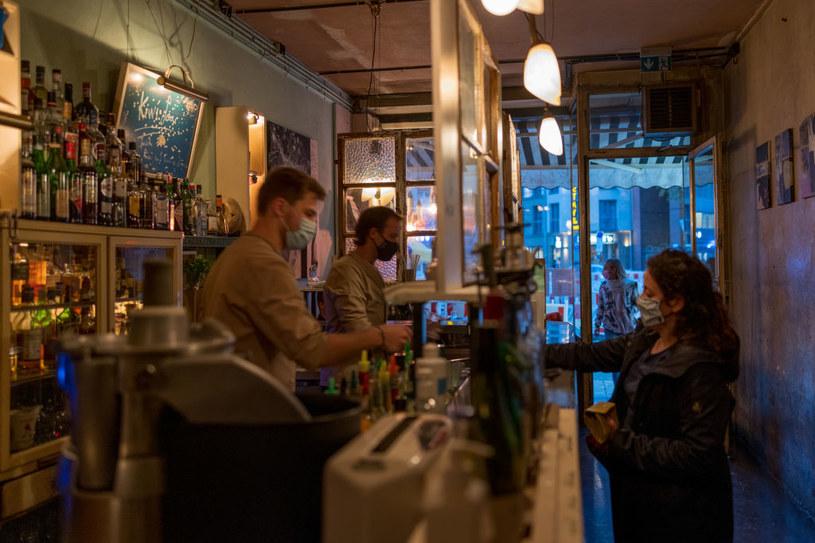 Na zdj. bar w Monachium w Niemczech w czasie pandemii / Christian Ender/Getty Images /Getty Images