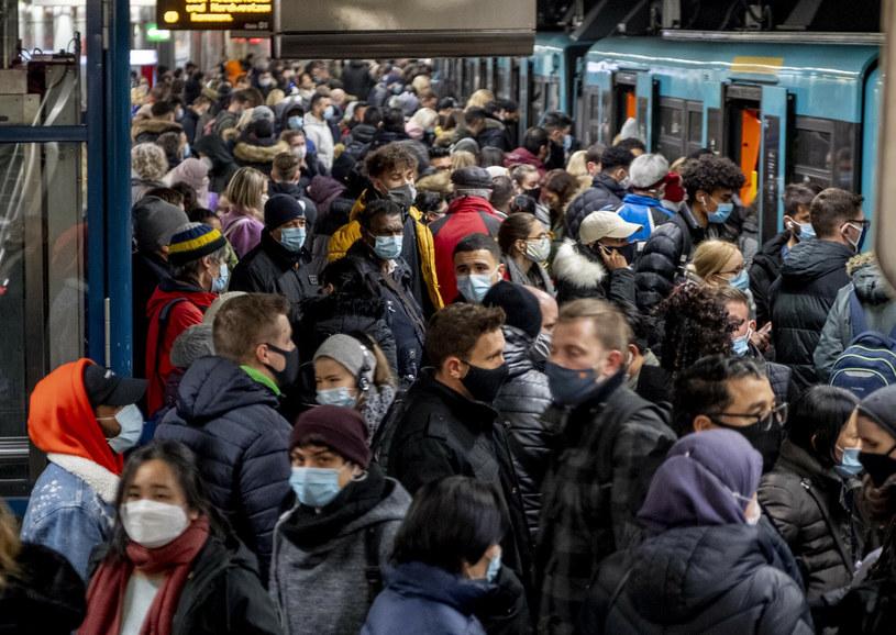 Na zdj. czekający na metro we Frankfurcie w Niemczech /AP Photo/Michael Probst /East News