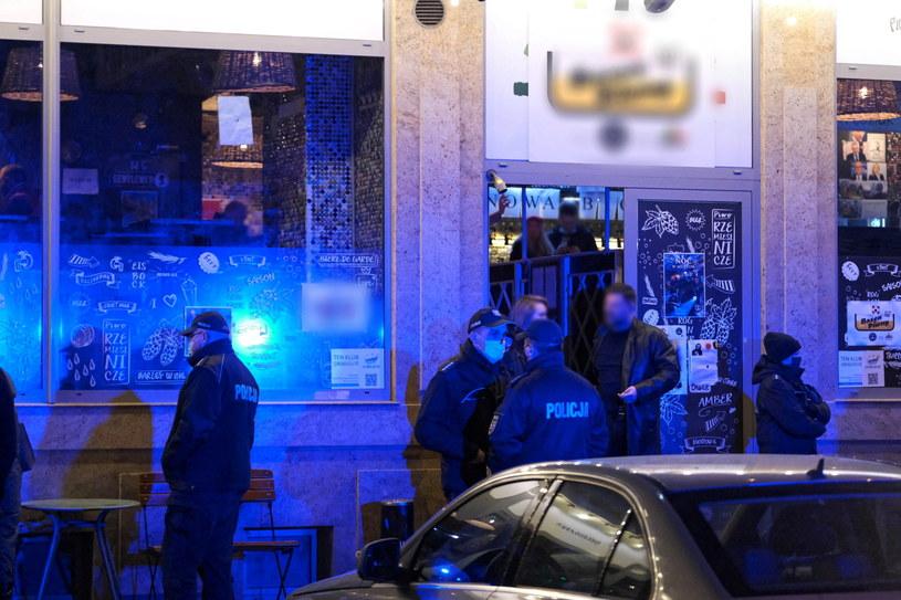 Na zdj. czwartkowa interwencja policji w lokalu przy ulicy Parkingowej w Warszawie /Mateusz Marek /PAP
