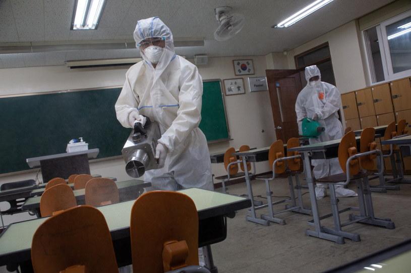 Na zdj. dezynfekcja jednej ze szkół w Seulu /JEON HEON-KYUN /PAP/EPA