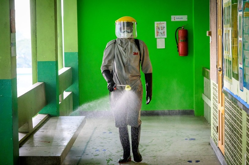 Na zdj. dezynfekcja szkoły w Tajlandii