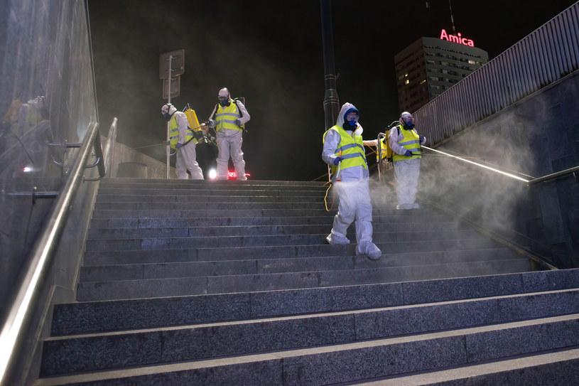 Na zdj. dezynfekcja w Warszawie / Attila Husejnow/SOPA Images/LightRocket via Getty Images /Getty Images