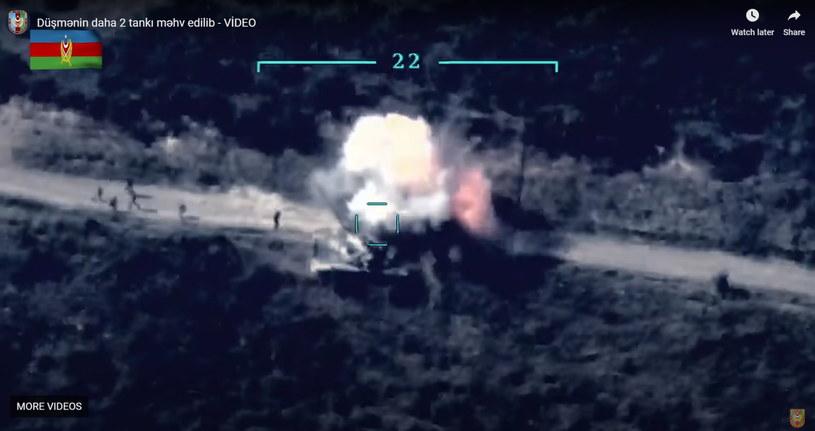 Na zdj. dwa czołgi armeńskich sił zbrojnych pod ostrzałem sił azerbejdżańskich /AZERBAIJAN DEFENCE MINISTRY HANDOUT /PAP/EPA
