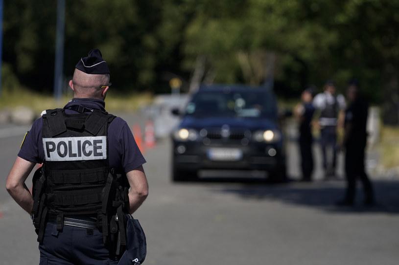 Na zdj. francuscy funkcjonariusze straży granicznej kontrolujący kierowców na przejściu granicznym Quievrain między Francją a Belgią /KENZO TRIBOUILLARD/AFP /AFP