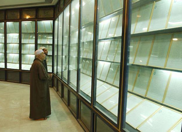 Na zdj. Gabloty z 605 stronami Krwawego Koranu ukryte w jednym z meczetów Bagdadu /MWMedia