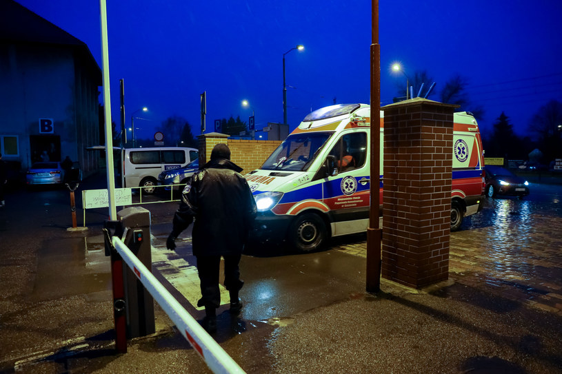 Na zdj. karetka pod szpitalem przy ul. Arkońskiej w Szczecinie /ROBERT STACHNIK/REPORTER /Reporter