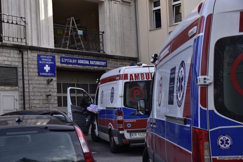 Na zdj. karetki pod Szpitalem im. S. Żeromskiego w Krakowie /Jacek Boron/REPORTER /Reporter