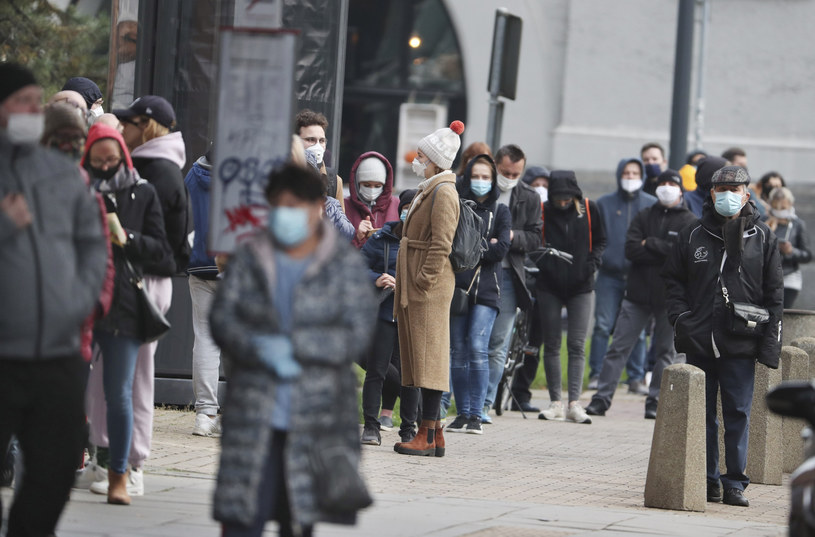 Na zdj. kolejka do testów na koronawirusa w Warszawie /AP/Associated Press/East News /East News