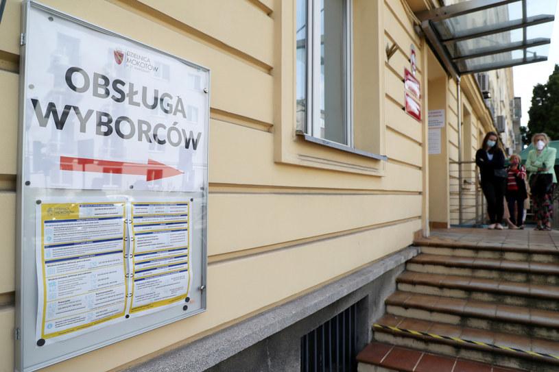 Na zdj. kolejki po zaświadczenie do głosowania w drugiej turze wyborów w Warszawie /Piotr Molecki/East News /East News
