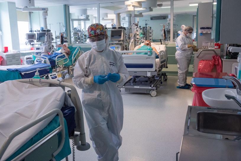Na zdj. lekarze na oddziale covidowym w Mazowieckim Szpitalu Bródnowskim /Filip Blazejowski /Agencja FORUM