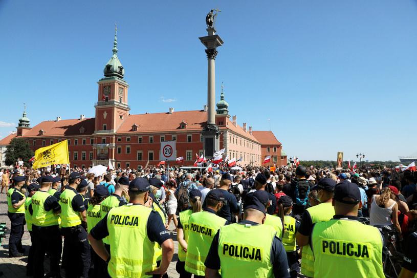"""Na zdj. manifestacja """"Stop Pandemii"""" na Placu Zamkowym w Warszawie (16.08.2020) /Jakub Kaminski/East News /East News"""