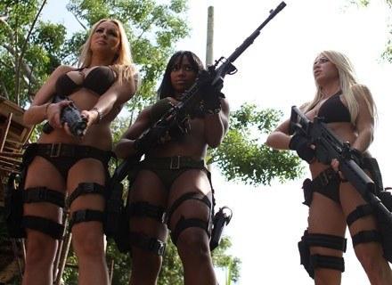 "Na zdj. Michelle Janetis, Mia Lawrence i Taren Cassidy na planie filmu ""Girls and Guns"" /Getty Images/Flash Press Media"