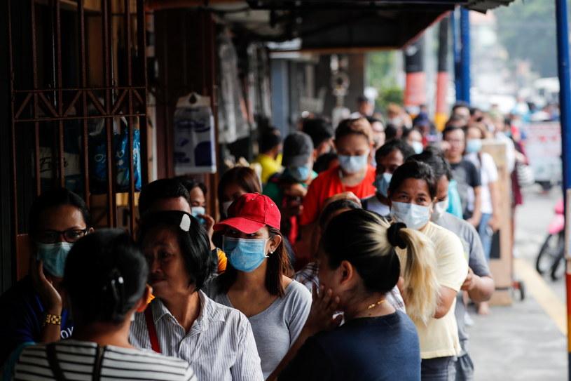 Na zdj. mieszkańcy Filipin /MARK R. CRISTINO /PAP/EPA
