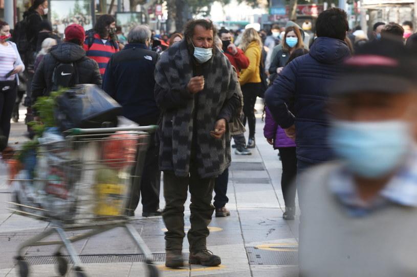 Na zdj. mieszkańcy Santiago /ELVIS GONZALEZ /PAP/EPA