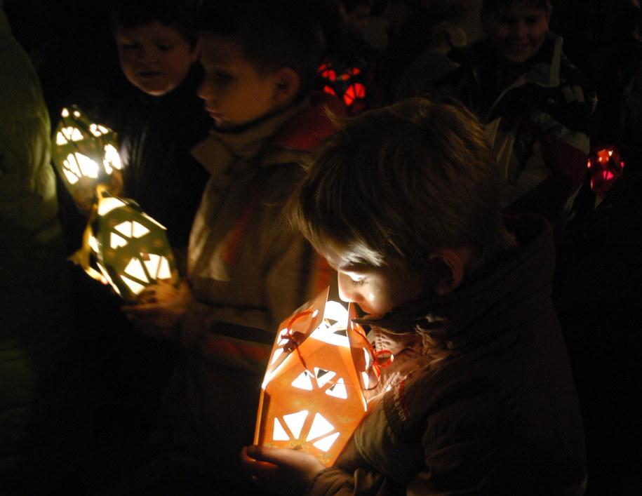 Na zdj. msza roratnia odprawiana w dzień św. Mikołaja /Mirosław Trembecki  /PAP