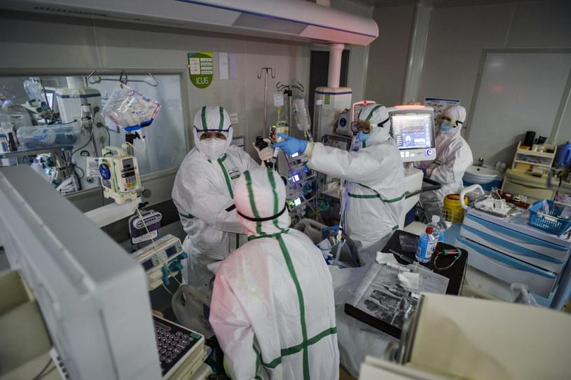 Na zdj. personel medyczny pracujący na oddziale intensywnej terapii w szpitalu w Wuhan /SHI ZHI  /PAP/EPA