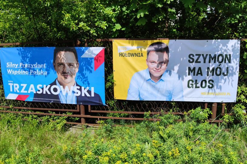 Na zdj. plakaty wyborcze Rafała Trzaskowskiego i Szymona Hołowni /Anatol Chomicz /Agencja FORUM