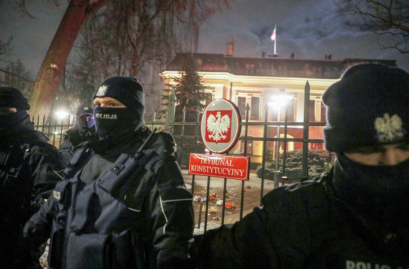 Na zdj. policja przed siedzibą Trybunału Konstytucyjnego /Jakub Kaminski/East News /East News