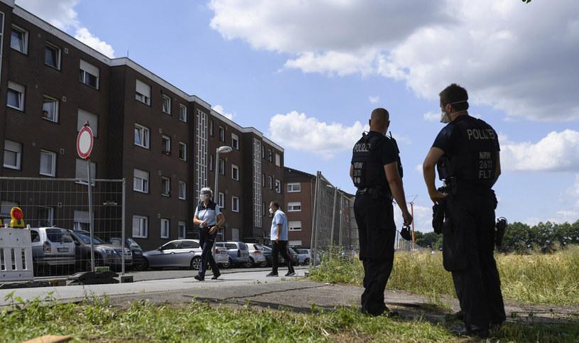Na zdj. policjanci przed mieszkaniami pracowników rzeźni Toennies podczas ich kwarantanny /INA FASSBENDER / AFP /AFP