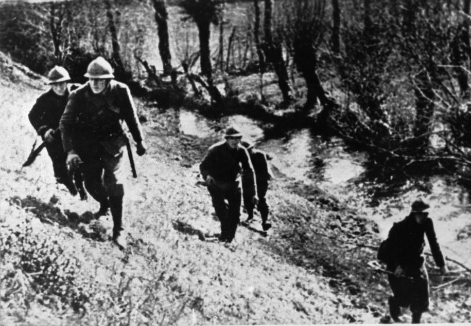 Na zdj. polscy żołnierze idą do ataku pod Kockiem (ostatnia bitwa kampanii wrześniowej) /CAF/reprodukcja    /PAP