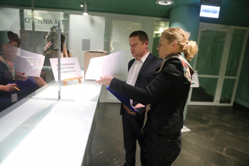 Na zdj. posłanka KO Barbara Nowacka i adwokat Grzegorz Wójtowicz składają dokumenty związane z protestem wyborczym w Sądzie Najwyższym w Warszawie (16.07.2020) / Tomasz Gzell    /PAP