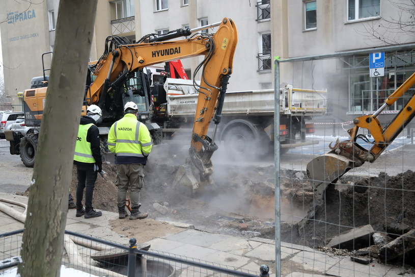 Na zdj. prace na ulicy Jagiellońskiej po awarii rury sieci ciepłowniczej (15.01.2021) /Wojciech Olkuśnik /PAP