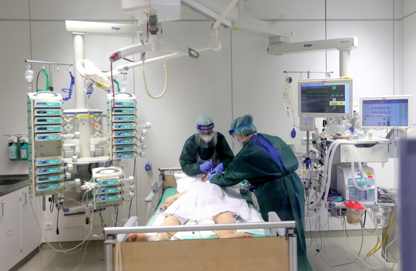 Na zdj. pracownicy Szpitala Uniwersyteckiego w Essen w Niemczech /Friedemann Vogel /PAP/EPA