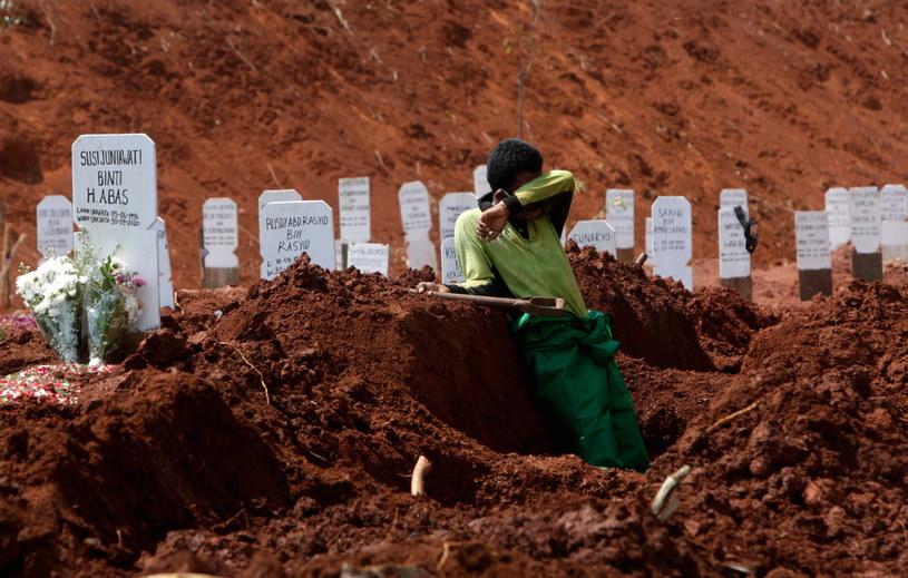 Na zdj. pracownik cmentarza Pondok Ranggon w Dżakarcie /ADI WEDA /PAP/EPA