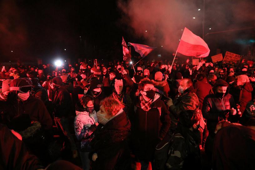 Na zdj. protestujący w Warszawie po opublikowaniu uzasadnienia wyroku przez TK /Jakub Kaminski/East News /East News