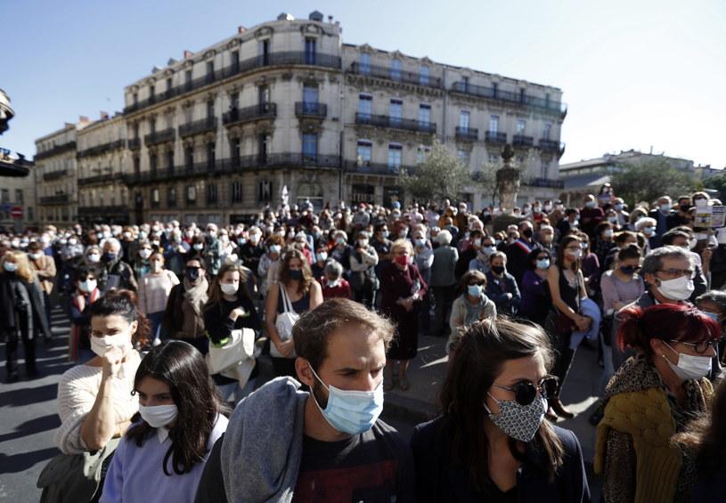 Na zdj. protestujący we Francji po brutalnej zbrodni /GUILLAUME HORCAJUELO  /PAP/EPA