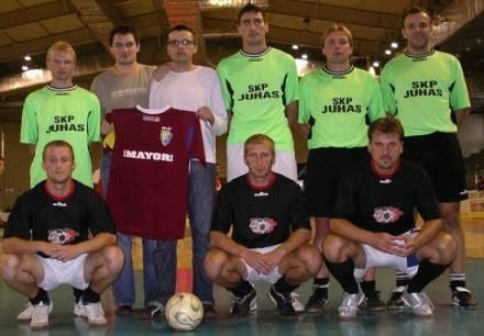 Na zdj. redakcja isanok.pl z pamiątkową koszulką Stali Sanok i zawodnikami tej drużyny /isanok