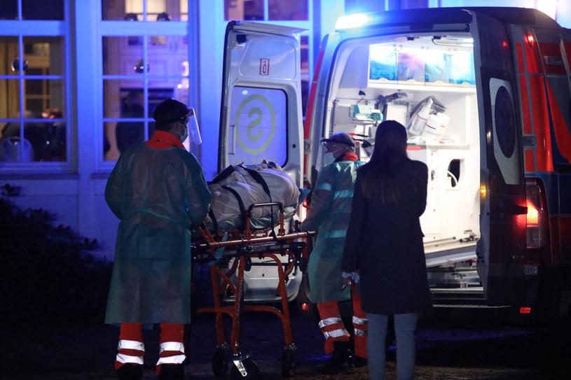 Na zdj. Roman Giertych zabierany do szpitala, obok jego córka /fot. Andrzej Iwanczuk/REPORTER /Reporter