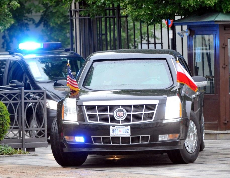 """Na zdj.: Samochód """"Bestia"""" – Cadillac One z prezydentem Stanów Zjednoczonych Barackiem Obamą wjeżdża na dziedziniec Belwederu /Bartłomiej Zborowski /PAP"""