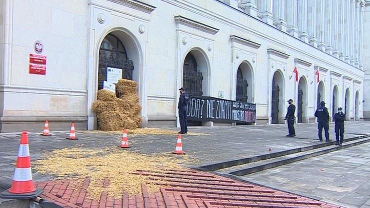 Na zdj. siano przed budynkiem Ministerstwa Rolnictwa /Polsat News