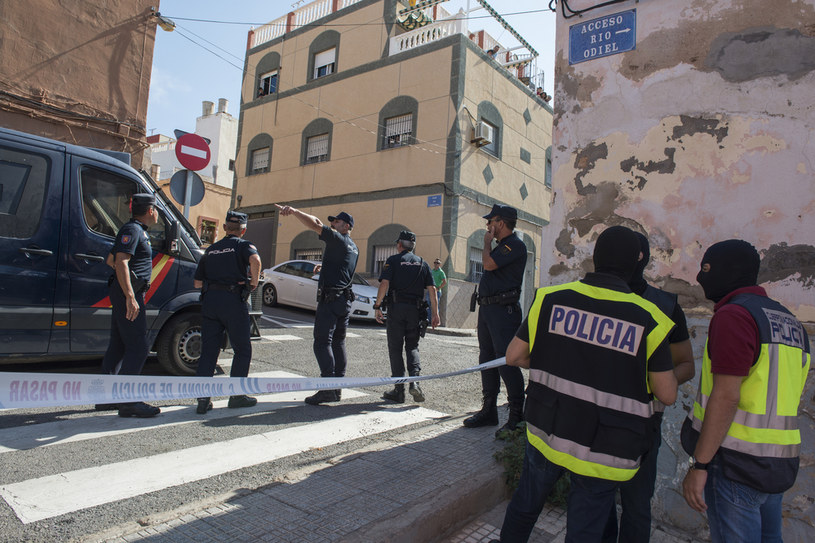 Na zdj. służby policji w Melilli; zdj. ilustracyjne /Jesus Blasco de Avellaneda /AFP