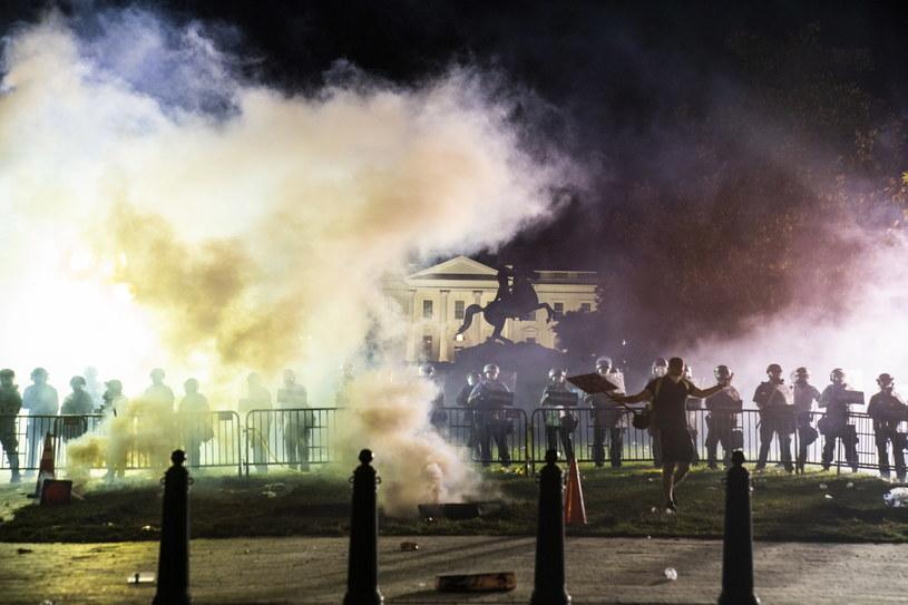 Na zdj. służby przed Białym Domem /JIM LO SCALZO /PAP/EPA