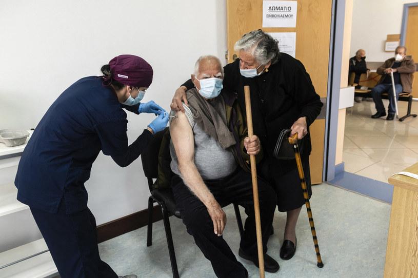 Na zdj. szczepienia na Cyprze /IAKOVOS HATZISTAVROU / AFP /AFP