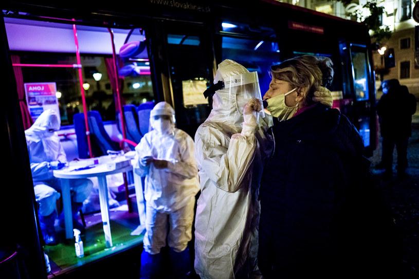 Na zdj. testowanie na Słowacji /Vladimir Simicek / AFP /AFP
