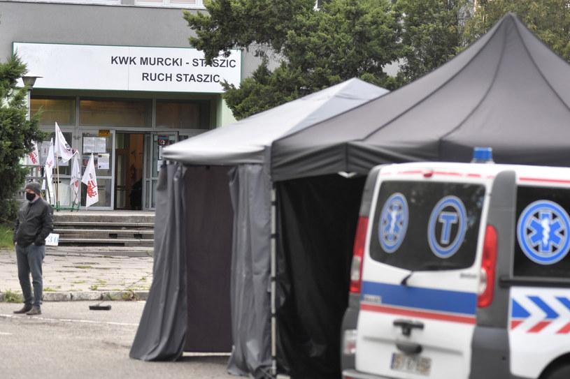 Na zdj. testy przesiewowe górników na obecność koronawirusa przed kopalnią KWK Murcki-Staszic /LUKASZ KALINOWSKI /East News