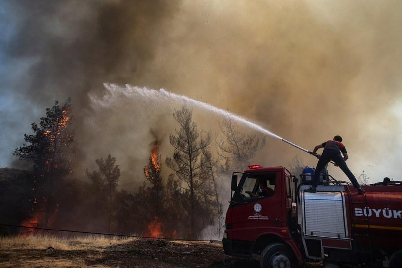 Na zdj. tureccy strażacy walczący z ogniem w mieście Mugla /ERDEM SAHIN /PAP/EPA