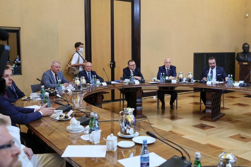 Na zdj. uczestnicy spotkania w KPRM / Leszek Szymański    /PAP