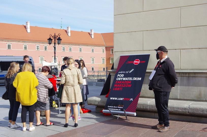 Na zdj. zbieranie podpisów na Placu Zamkowym w Warszawie /Marek Bazak /East News