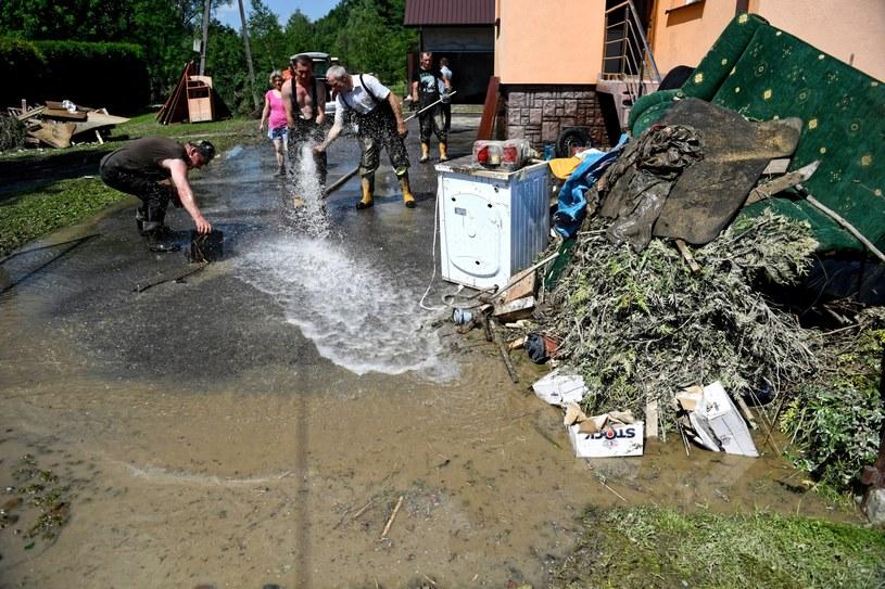Na zdj. zniszczenia w Trzcinicy koło Jasła /Darek Delmanowicz /PAP