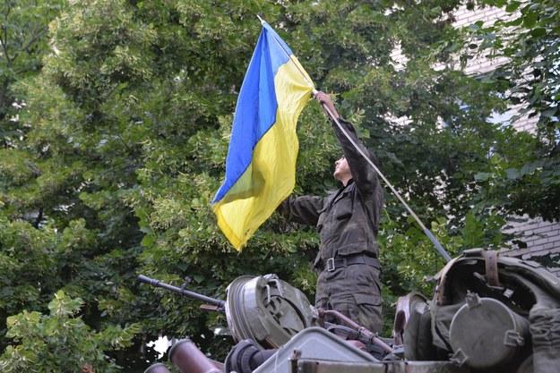 Na zdj. żołnierz z ukraińska flagą /STR /PAP/EPA