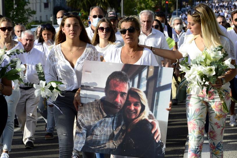 Na zdj. żona kierowcy autobusu Veronique Monguillot wraz z córkami podczas białego marszu w Bayonne /CAROLINE BLUMBERG /PAP/EPA