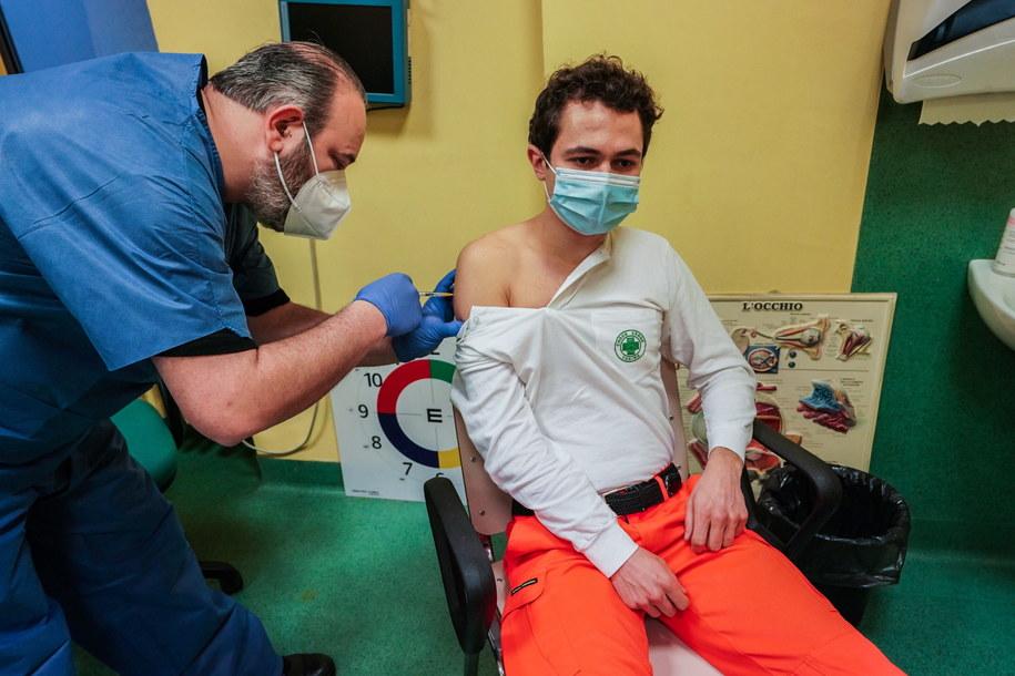Na zdjęcia szczepienia przeciw Covid-19 w szpitalu w Turynie /Tino Romano /PAP/EPA