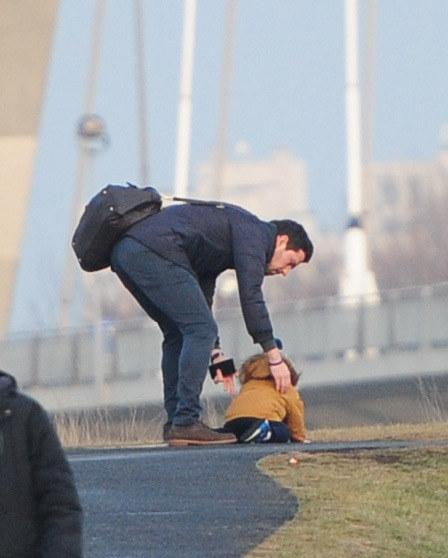 Na zdjęciach na spacerze z ojcem /Foto IP