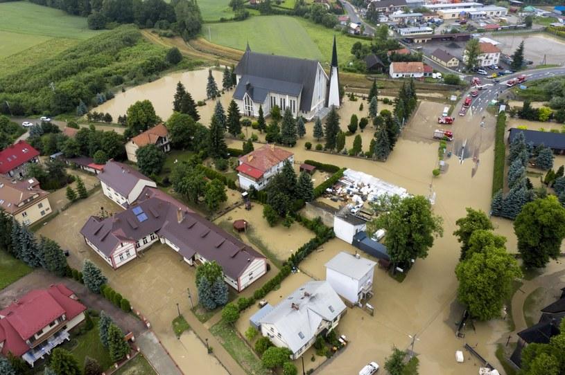 Na zdjęciach z lotu ptaka zalania w Łapanowie koło Wieliczki /Darek Delmanowicz /PAP