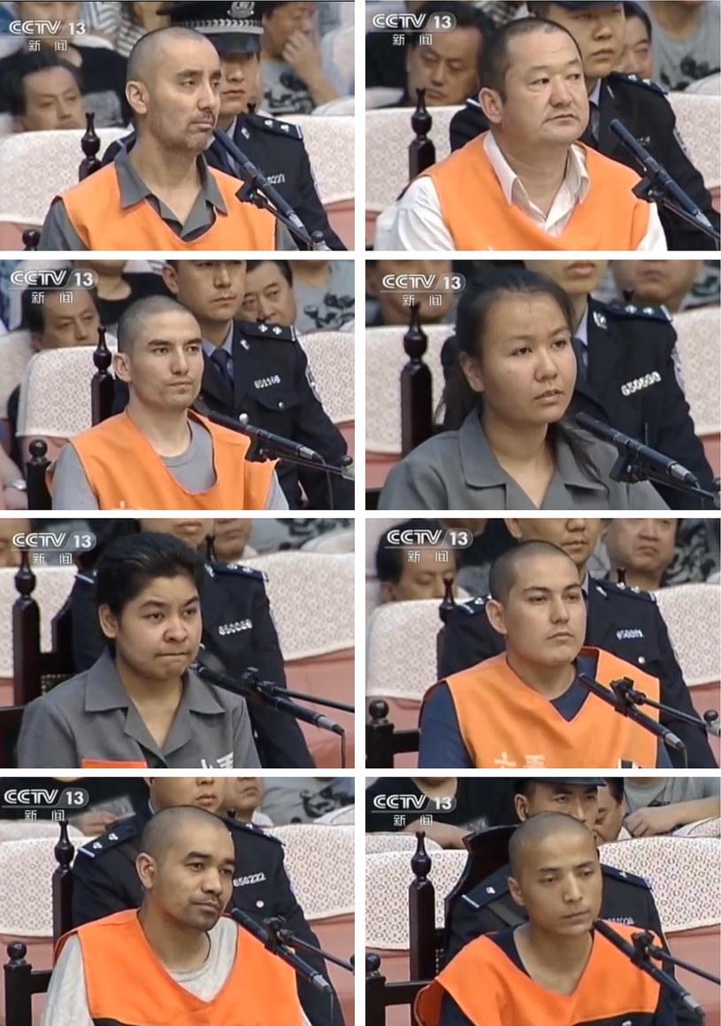 Na zdjęciu 8 oskarżonych o atak na placu Tiananmen. Trzy z tych osób zostały stracone /CCTV /AFP